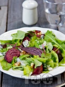 Микс салата (зелена, айсберг) с червено цвекло, синьо сирене и орехи - снимка на рецептата
